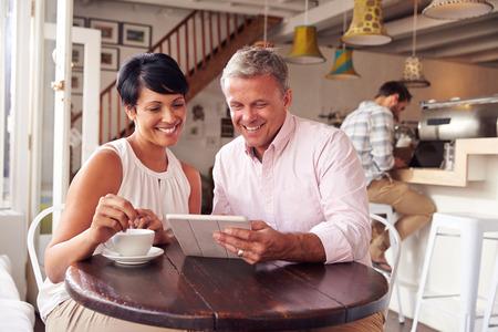 hombre tomando cafe: Pareja de mediana edad en un caf�