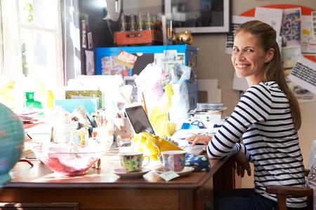 oficina desordenada: Funcionamiento de la mujer de Pequeños Negocios desde casa Oficina