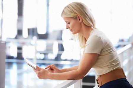 タブレット コンピューターを使用して、オフィスでの女性の肖像画 写真素材