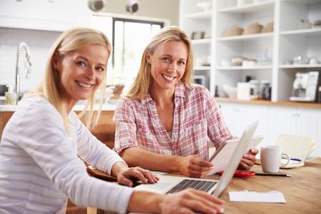 Twee vrouwen die thuis samen werken