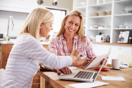 conexiones: Dos mujeres que trabajan juntos en casa