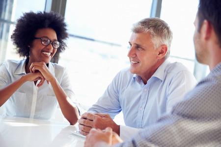 work meeting: Tres profesionales de negocios trabajando juntos