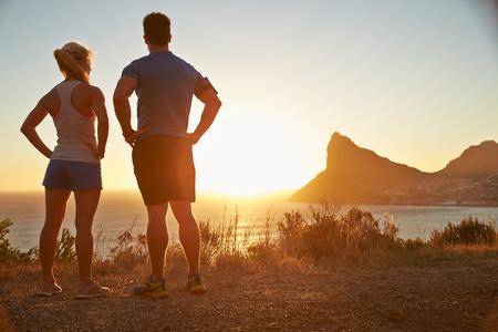 personas trotando: El hombre y la mujer contemplando después de correr