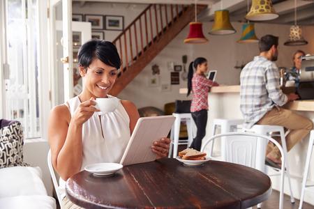cafe internet: Mujer de mediana edad en un café Foto de archivo