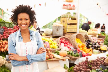 negras africanas: Mujer Holder Puesto En El Mercado de Agricultores Fresh Food