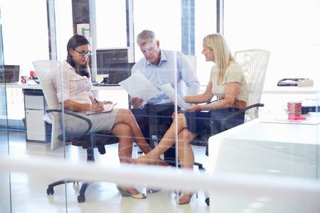 ejecutivo en oficina: Grupo de compañeros de hablar en una oficina Foto de archivo