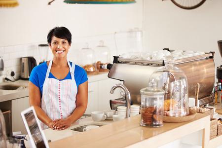 femmes souriantes: travailleur Cafe Banque d'images