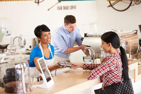 pagando: Pagar con tarjeta de crédito en un café