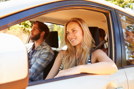 paisaje rural: Grupo de Amigos en coche en el camino de viaje Juntos