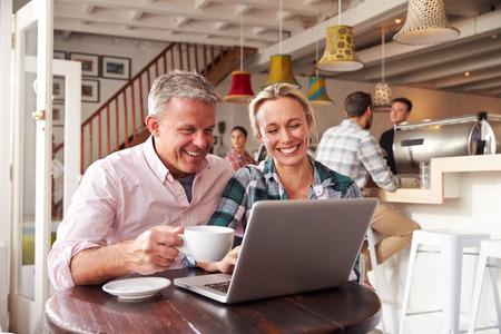 parejas felices: Reuni�n de los pares en un caf� Foto de archivo