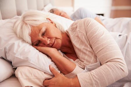persona de la tercera edad: Senior pareja durmiendo en cama junto