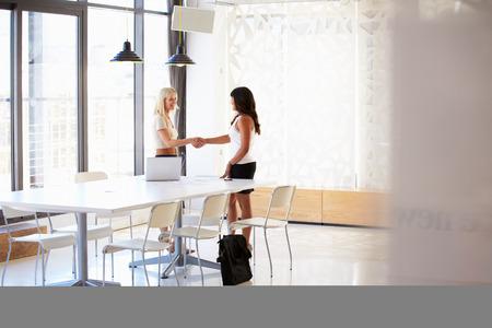 求職者と握手ビジネスウーマン