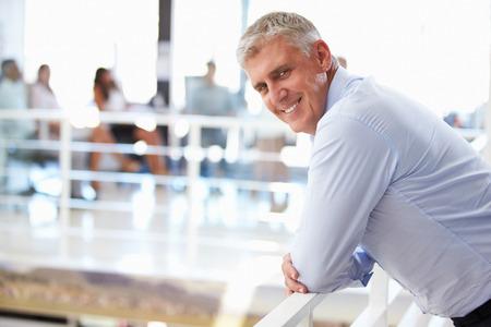 Portret van een man van middelbare leeftijd in het kantoor Stockfoto