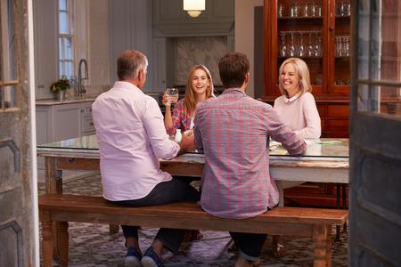 mature adult men: Famiglia con Prole adulta che gode del pasto a casa insieme