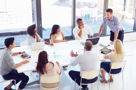 liderazgo empresarial: De negocios que presenta a sus colegas en una reunión