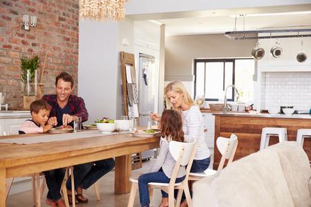 家で家族の食事時間