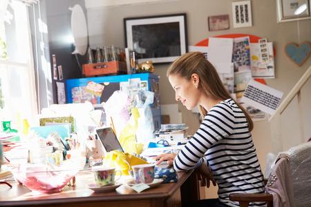 ホーム オフィスから小規模なビジネスを実行している女性 写真素材