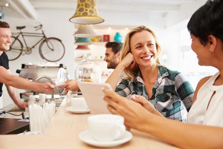 amistad: Dos mujeres en una reuni�n en un caf�