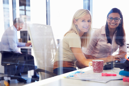 gente feliz: Los compañeros de trabajo de las mujeres de oficina, retrato Foto de archivo