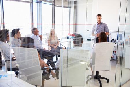 personas escuchando: Reuni�n de negocios en una oficina moderna Foto de archivo