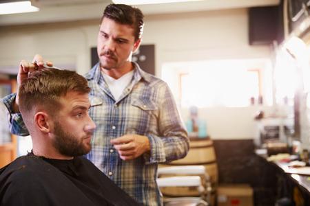 peluquero: Hombre Peluquer�a Dar Haircut Cliente En Departamento