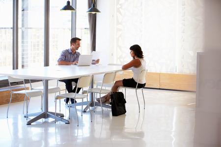 ejecutivo en oficina: Empresario entrevistar a un solicitante de empleo