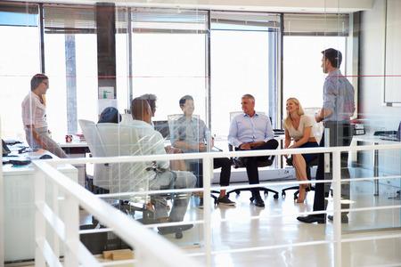 personas de pie: Reunión de negocios en una oficina moderna Foto de archivo