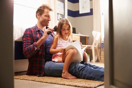 어린 딸의 머리카락을 닦고있는 아버지