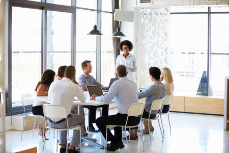 sala de reuniones: Colegas en una reuni�n de oficina