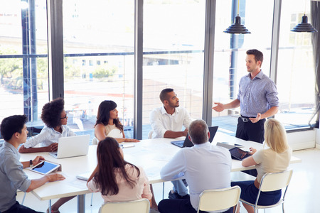 sala de reuniones: De negocios que presenta a sus colegas en una reuni�n