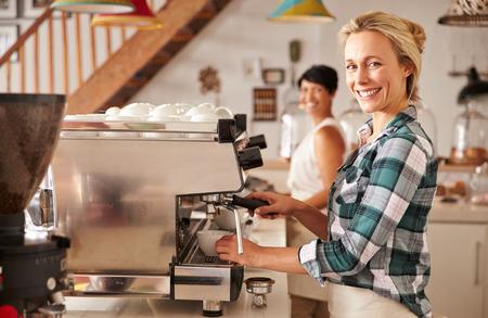 Cafe personeel aan het werk