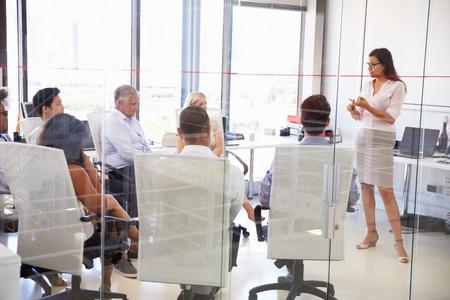 ENTRENANDO: Reunión de negocios en una oficina moderna Foto de archivo