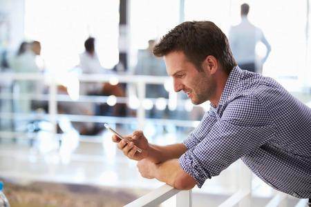 hombres jovenes: Retrato del hombre en la oficina con tel�fono inteligente