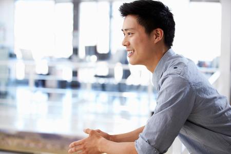 사무실에서 젊은 남자의 초상화 미소