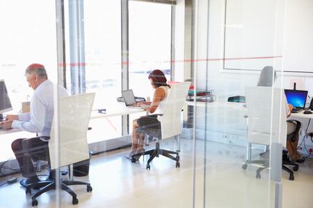 trabajo oficina: Grupo de personas que trabajan en una oficina moderna