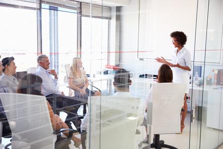 liderazgo empresarial: Reunión de negocios en una oficina moderna Foto de archivo