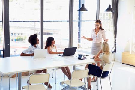 Empresaria que presenta a sus colegas en una reunión Foto de archivo - 41393401