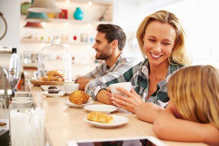 madre soltera: Mujer con el niño en café