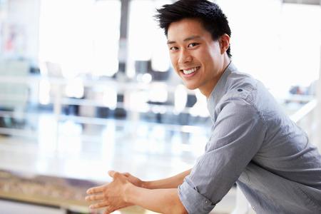 bonhomme blanc: Portrait d'un jeune homme souriant dans le bureau Banque d'images