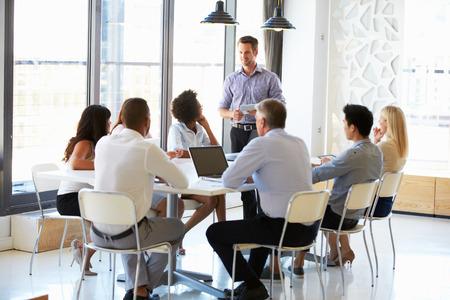 oficina: Colegas en una reunión de oficina