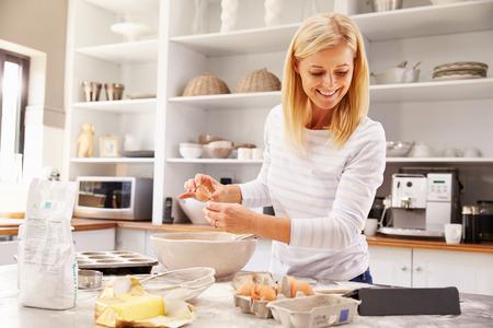 Vrouw bakken thuis volgende recept op een tablet