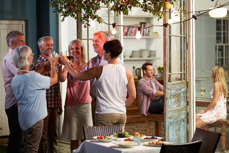 야외 저녁 음료 파티를 즐기는 친구의 그룹