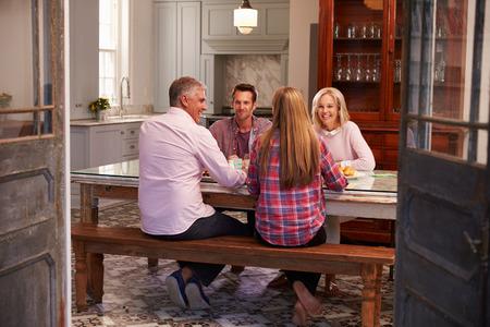 familia cenando: Familia con Hijo adulto disfruta de la comida en el pa�s junto Foto de archivo