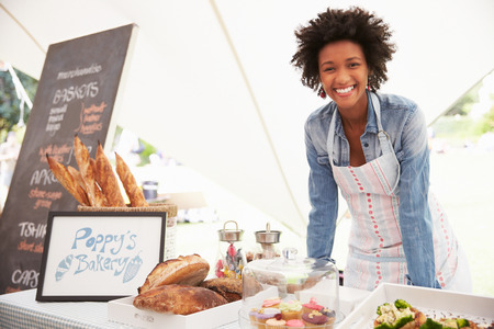 Vrouw Bakery Box Holder Op Farmers Fresh Food Market