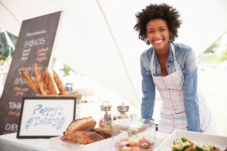 negocios comida: Mujer panadería Holder Puesto En El Mercado de Agricultores Fresh Food