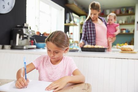 familias unidas: Chica Dibujo imagen como madre prepara la comida en cocina