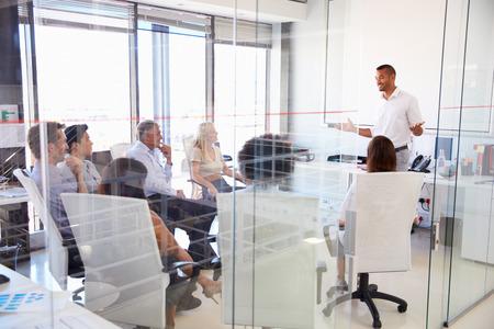 oficinistas: Reuni�n de negocios en una oficina moderna Foto de archivo