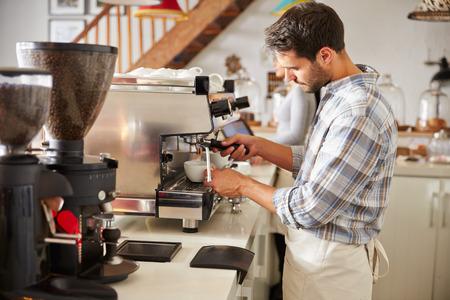Barista au travail dans un café Banque d'images - 41360667
