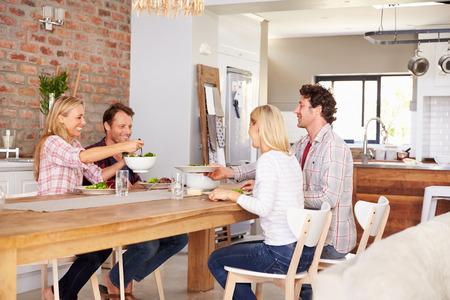 pareja en casa: Amigos que tienen una cena Foto de archivo