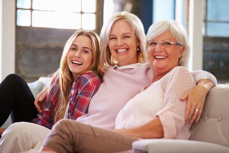 어머니와 성인 딸이 소파에서 휴식과 함께 할머니